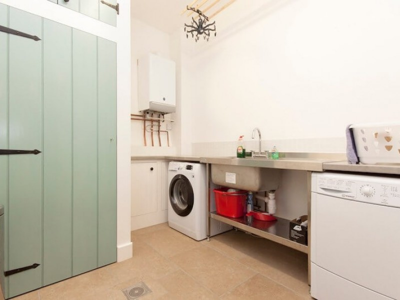 Well-equipped utility room / laundry