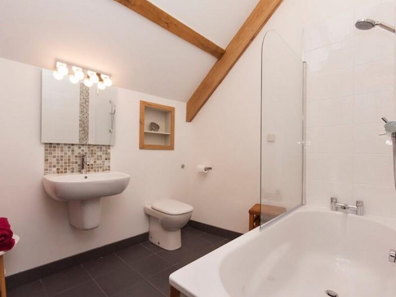 B2 en-suite bathroom and shower
