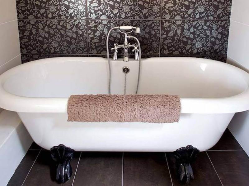 Morton House - Loft en-suite roll top bath