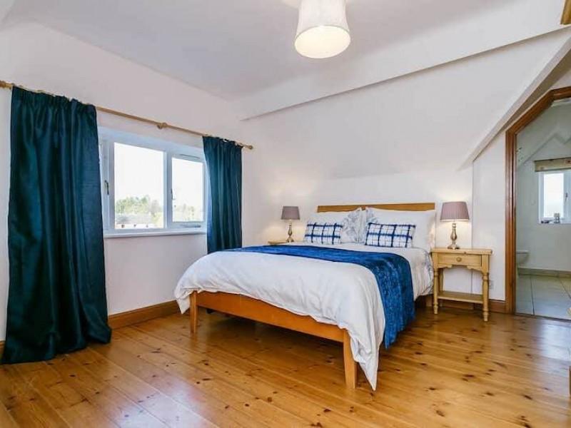 Double en-suite room  At Newborough Cottages