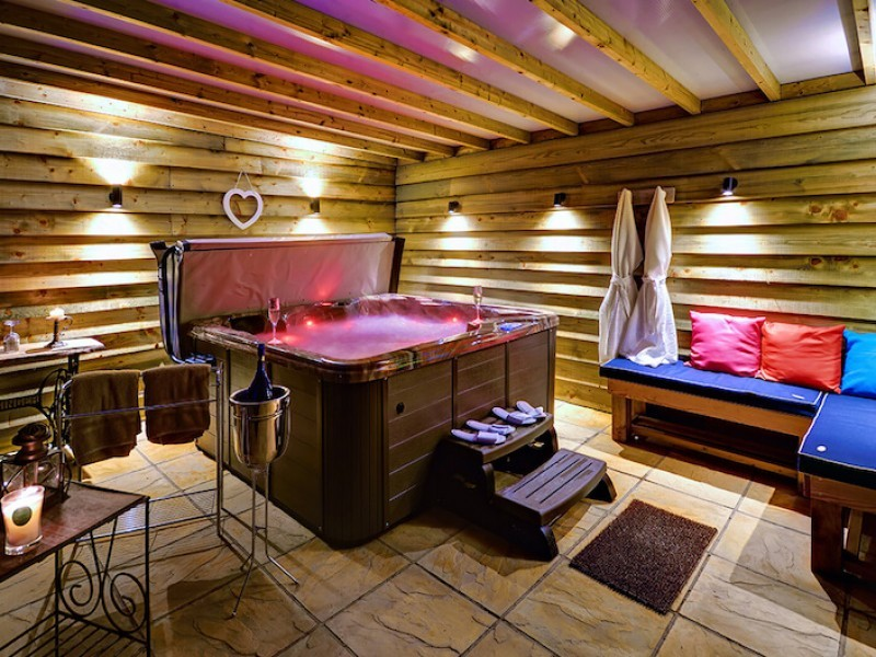 Luxury Cottage with Hot Tub at Woodfarm Barns