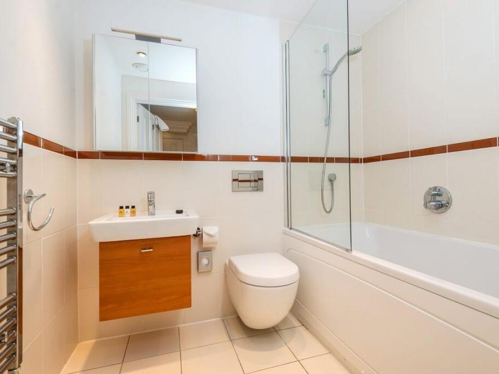 3 Herschel Place Family Bathroom