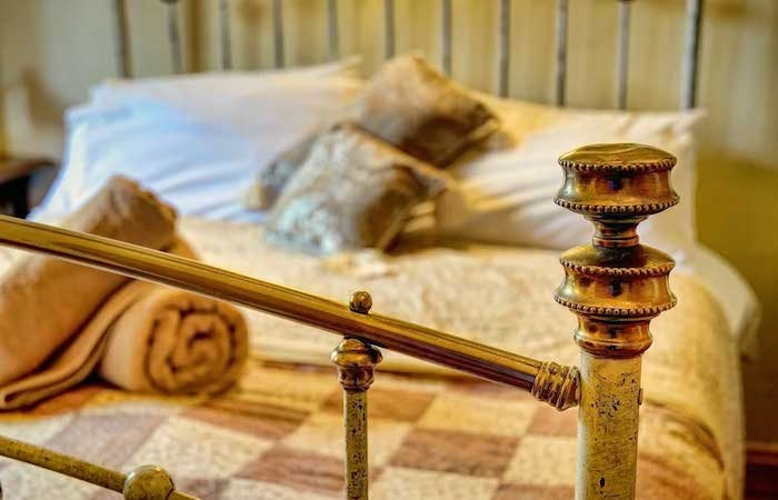 Antique-iron-bed-in-Deben-Barn-Suffolk-holiday-cottage-700x450.jpg